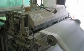 螺旋状のブラシを回転させることにより、畳表についている染土を除去します。